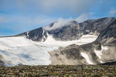 Kjelen (eller Gryta), som er dekket av en isbre, Stien følger kanten langs Kjelen.