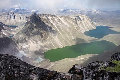 Larstind / Larseggen og Larstjørnin, fra eggen oppover  mot Vesttoppen