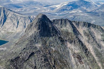 Bilde zoomet inn på Larstind og Larseggen.