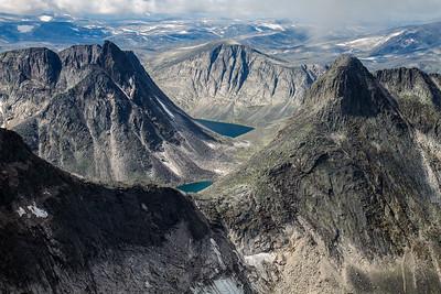 Eggen mellom Vesttoppen og Larstind, Langvasstind til venstre. Noen velger denne veien til Larstind, men da må det klatres flere taulengder.