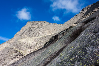 Toppen og eggen - sett på vei ned fjellsiden mot Svartvatnet