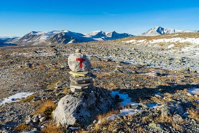 T-merke på stien som går rundt Snøhetta på sør- og vestsiden, og videre helt til Åmotdalshytta på nordsiden.