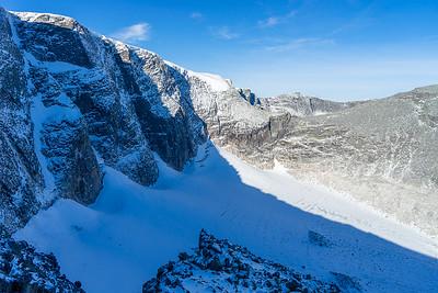 Gryta med isbre under den stupbratte fjellsiden ned fra Svånåtind-rekka.