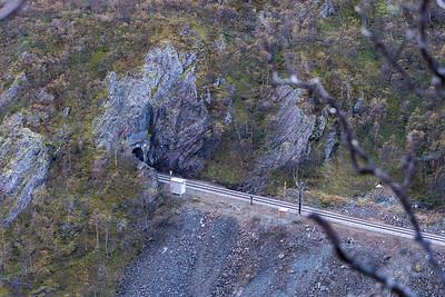 Dovrebanen følger vestsiden av Drivdalen, her er nordre inngang til Høgsnyddtunellen