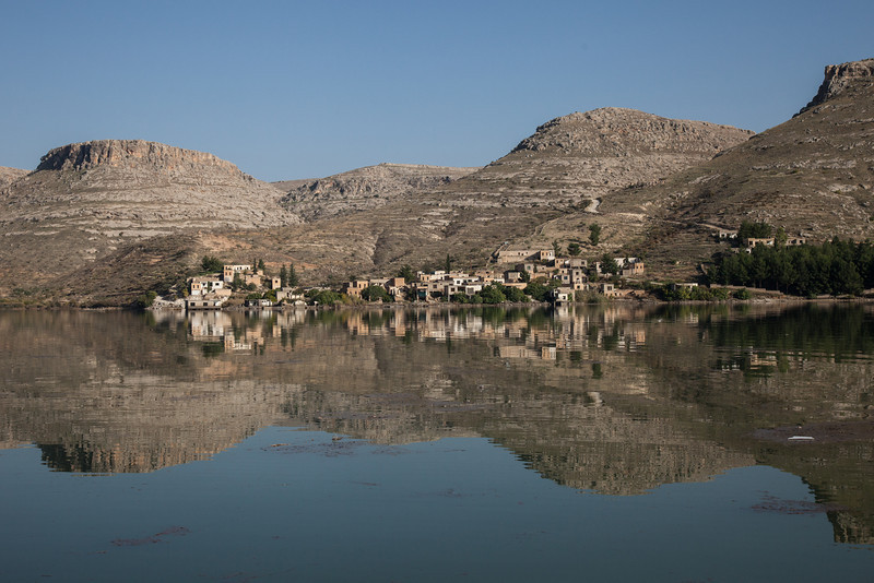 Village reflectedi Euphrates, Gaziantep, Turkey