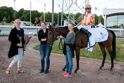 Karalinene och Nelson De Souza i vinnarcirkeln tillsammans med Annette och Emma Knutsson | Bro Park 160802 | Foto: Elina Björklund / Svensk Galopp