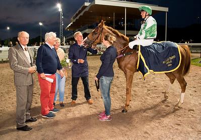 Shalalee i vinnarcirkeln   Bro Park 160909 Foto: Elina Björklund / Svensk Galopp