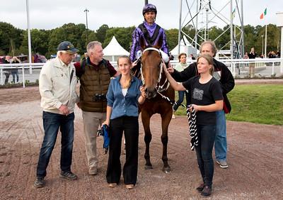 Visiteur Du Pom i vinnarcirkeln   Bro Park 160909 Foto: Elina Björklund / Svensk Galopp