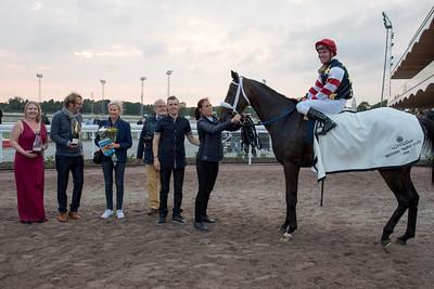 Dark Eagle i vinnarcirkeln  Bro Park 160909 Foto: Elina Björklund / Svensk Galopp