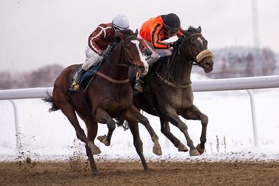 Eddie Shoestring och Christopher Roberts (t h) vinner knappt före Double Ten.  Bro Park 161211  Foto: Elina Björklund / Svensk Galopp