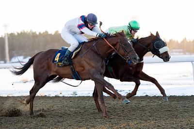 Redcoat och Therese Karlsson (t v) vinner knappt före Flaming Glory. Bro Park 161214  Foto: Elina Björklund / Svensk Galopp