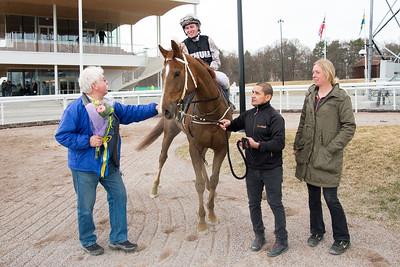 Tomhid och Fredrik Janetzky tillsammans med Anders Flodberg, Luis Santos och Sandra Brolin. Bro Park 170329 Foto: Elina Björklund / Svensk Galopp