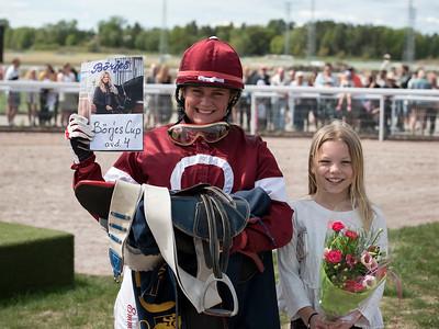 Emma Schillström efter segern i Börjes Champion ARK Cup 4 Bro Park 170525 Foto: Elina Björklund / Svensk Galopp