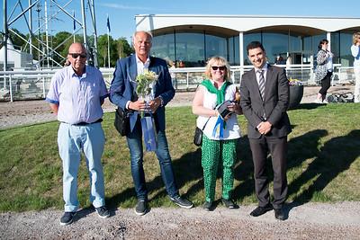 Prisutdelning lopp 1 Bro Park 170529 Foto: Elina Björklund / Svensk Galopp