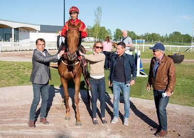 Dutch Heart i vinnarcirkeln  Bro Park 170529 Foto: Elina Björklund / Svensk Galopp