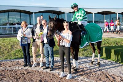 Blackstone i vinnarcirkeln  Bro Park 170529 Foto: Elina Björklund / Svensk Galopp