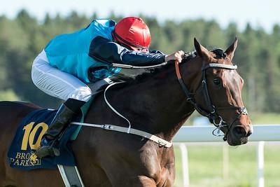 Light Treading vinner med Andreas Tapia Dalbark Bro Park 170619  Foto: Elina Björklund / Svensk Galopp