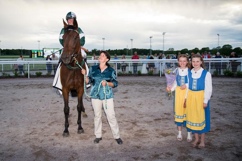 Smile i vinnarcirkeln  Bro Park 170619  Foto: Elina Björklund / Svensk Galopp