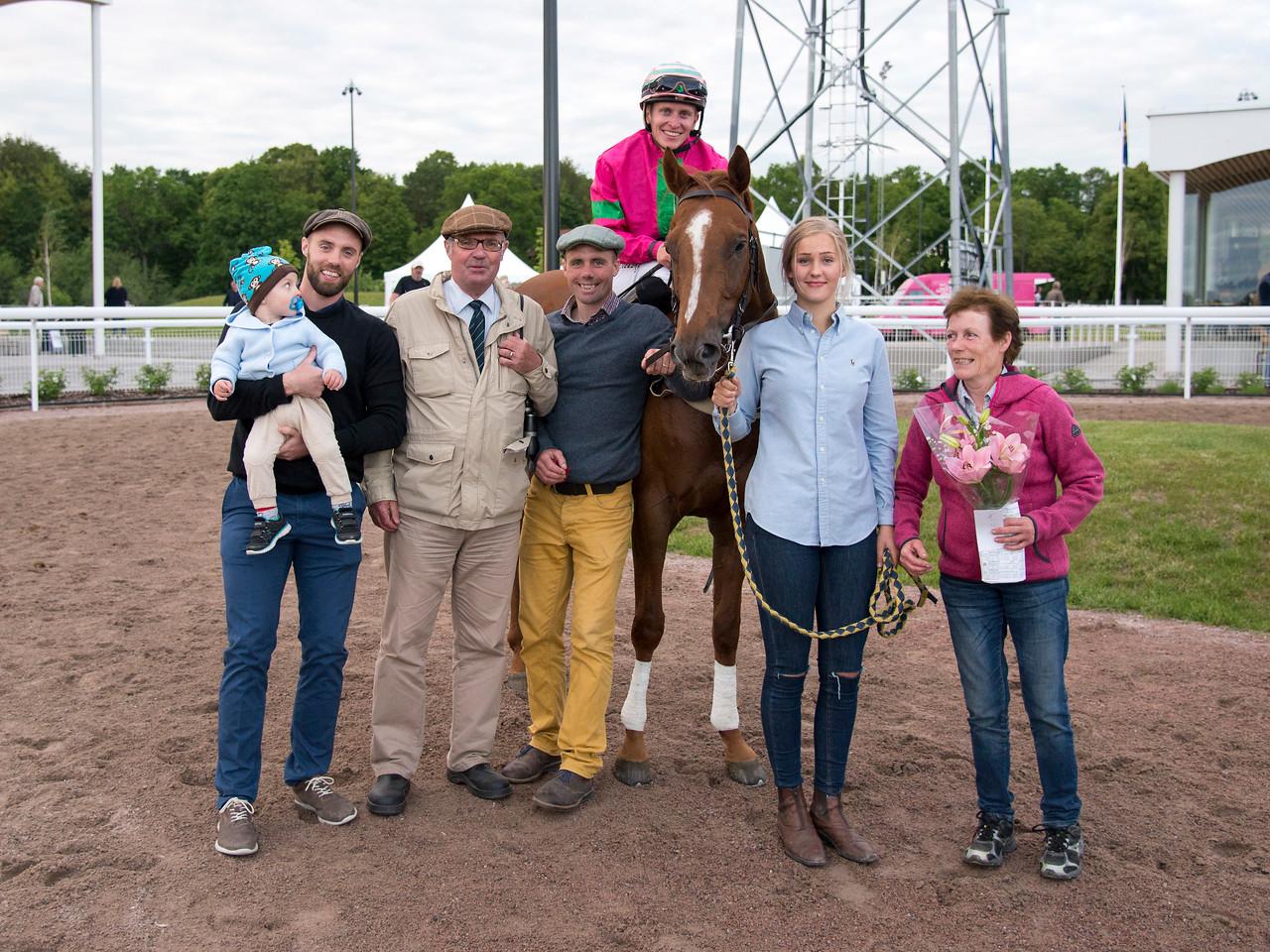 Stenid och Fredrik Janetzky tillsammans med familjen Engblom Bro Park 170627 Foto: Elina Björklund / Svensk Galopp
