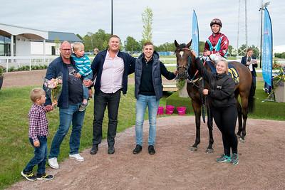 Alwalaa i vinnarcirkeln   Bro Park 170627 Foto: Elina Björklund / Svensk Galopp
