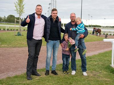 Julian McLaren tillsammans med Anders och Erik i Amtravans Bro Park 170627 Foto: Elina Björklund / Svensk Galopp