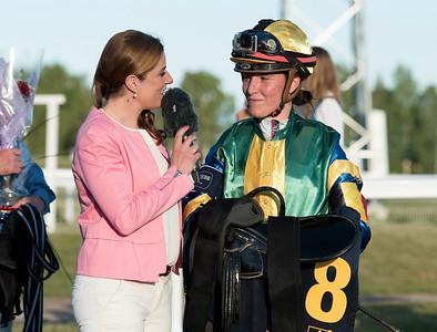 Sara Vermeersch intervjuas efter segern  Bro Park 170704 Foto: Elina Björklund / Svensk Galopp
