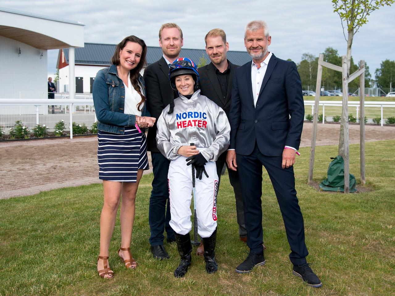Hayley Turner och och representanter för Nordic Heater Bro Park 170704 Foto: Elina Björklund / Svensk Galopp