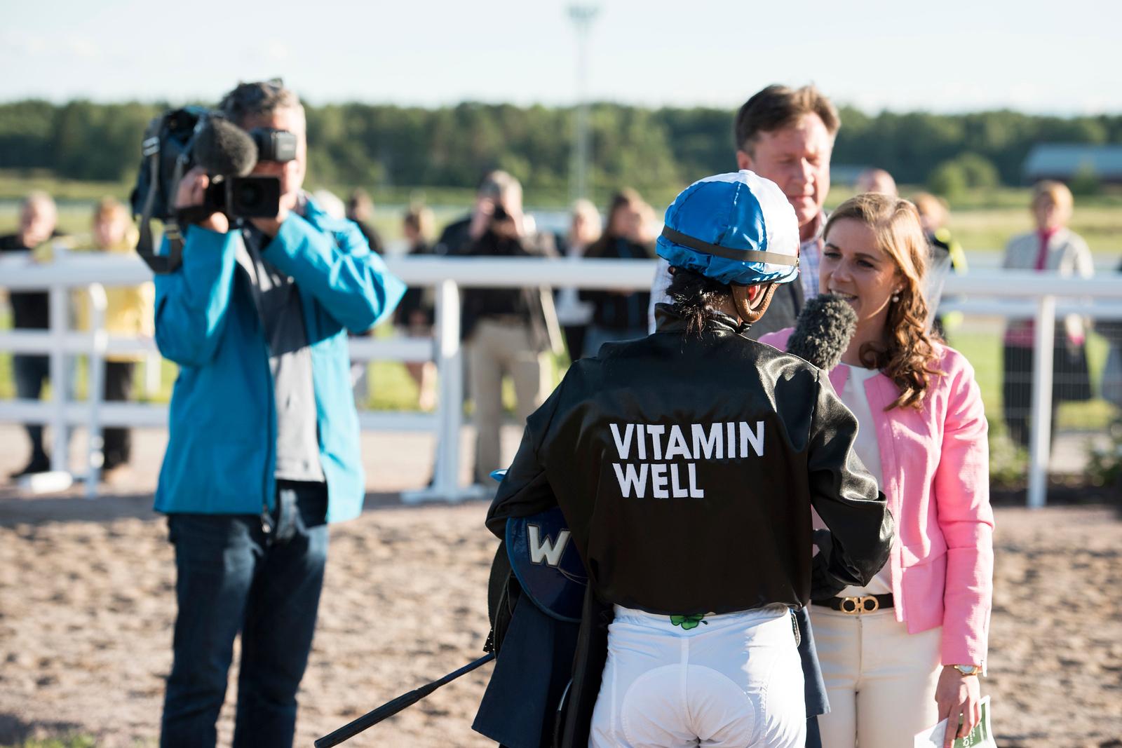 Maryline Eon intervjuas efter segern  Bro Park 170704 Foto: Elina Björklund / Svensk Galopp