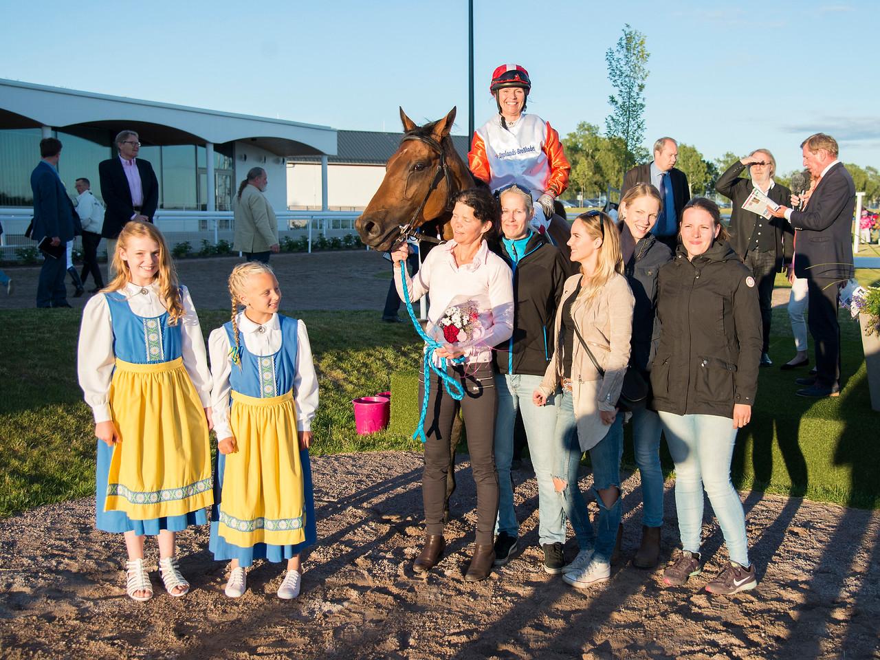 Norse Magic i vinnarcirkeln  Bro Park 170704 Foto: Elina Björklund / Svensk Galopp