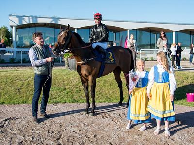 Lord of Trouble i vinnarcirkeln  Bro Park 170704 Foto: Elina Björklund / Svensk Galopp