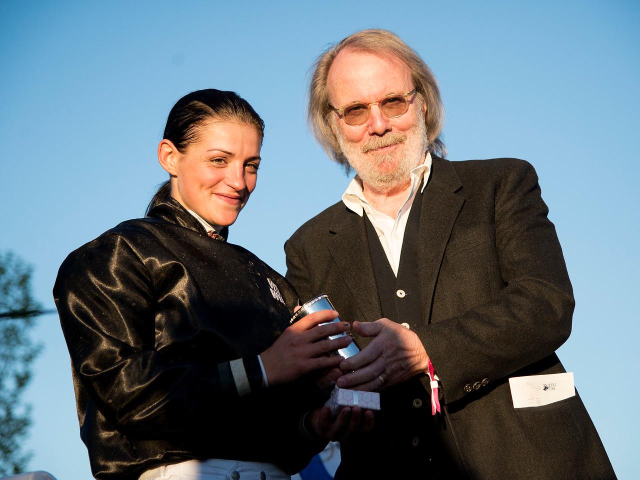 Benny Andersson delar ut priset till Maryline Eon efter totalsegern i Lady Jockeys' World Championship  Bro Park 170704 Foto: Elina Björklund / Svensk Galopp