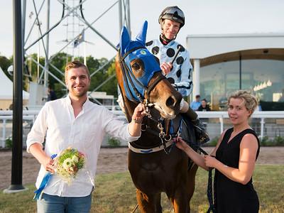 Julian McLaren tar emot True Elegance och Jacob Johansen i vinnarcirkeln  Bro Park 170710 Foto: Elina Björklund / Svensk Galopp