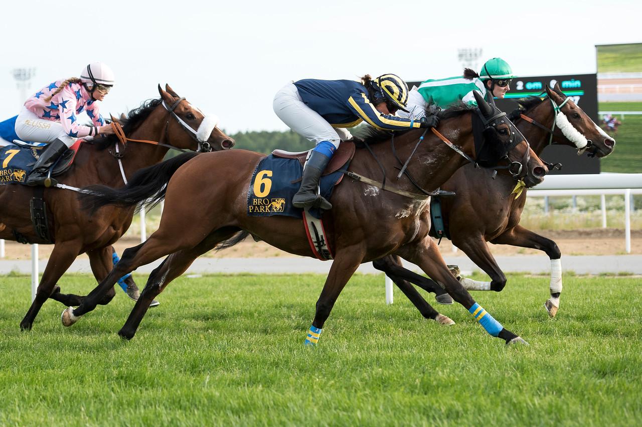 Bourbon Bay och Tina Henriksson (närmast) vinner knappt före Ellison Bro Park 170710 Foto: Elina Björklund / Svensk Galopp