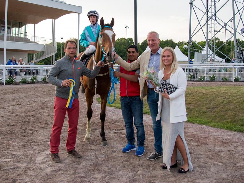 Mr Suarez i vinnarcirkeln   Bro Park 170710 Foto: Elina Björklund / Svensk Galopp