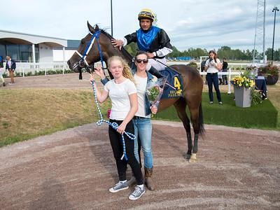 Appel Surreal i vinnarcirkeln   Bro Park 170724 Foto: Elina Björklund / Svensk Galopp
