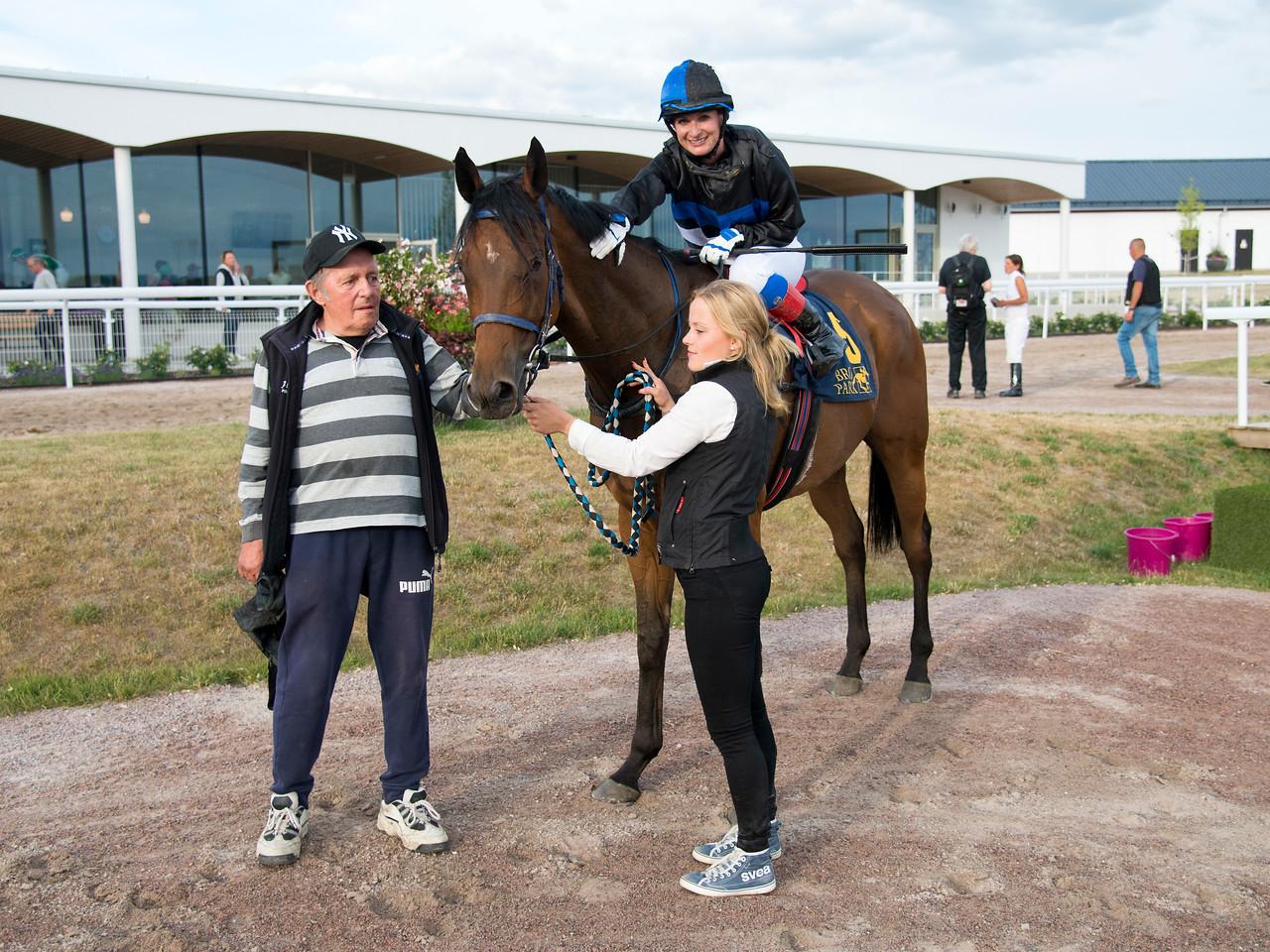 Rein Kuningas tar emot Wyclef och Louise Pettersson i vinnarcirkeln  Bro Park 170724 Foto: Elina Björklund / Svensk Galopp