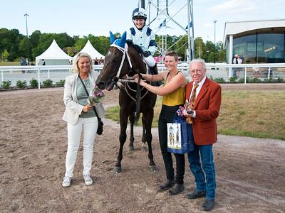 Mistral tillsammans med Josefin Landgren Pia Höiom, skötare Emelie Danielsson och Ole Larsen Bro Park 170724 Foto: Elina Björklund / Svensk Galopp