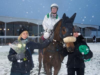 Sigyn Dysell tar emot Wajih och Fabienne De Geer i vinnarcirkeln   Bro Park 181216 Foto: Elina Björklund / Svensk Galopp