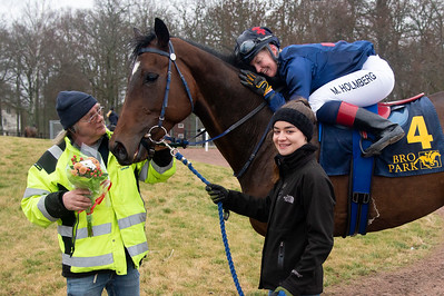 Peter Åberg tar emot Time For Action och Malin Holmberg i vinnarcirkeln   Bro Park 200216 Foto: Elina Björklund / Svensk Galopp
