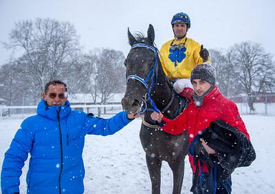 Falkor och Elione Chaves i vinnarcirkeln tillsammans med tränare Patrick Wahl. Bro Park 210110 Foto: Elina Björklund / Svensk Galopp