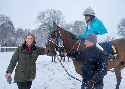 Saltillo och Alina Öhgren med tränare Annika Sjökvist. Bro Park 210110 Foto: Elina Björklund / Svensk Galopp