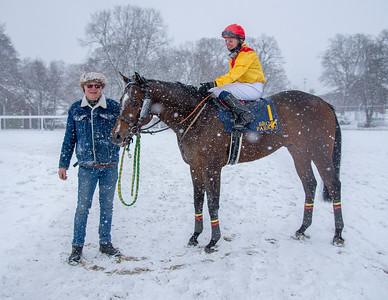 Freemanip med  Cornelia Hartsmar och tränare Peter Jardby i vinnarcirkeln. Bro Park 210110 Foto: Elina Björklund / Svensk Galopp