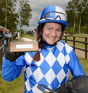 Mikaela Jahreskog med vandringspriset Silversporren | Göteborg 120603 | Foto: Stefan Olsson / Svensk Galopp