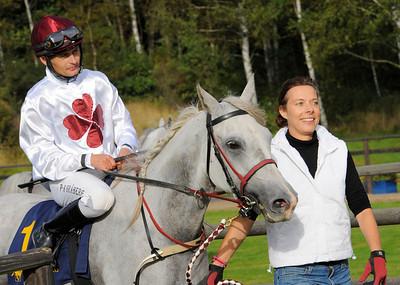 Shezza tillsammans med Per-Anders Gråberg och Madeleine Fridlund | Göteborg 120902 |  Foto: Stefan Olsson / Svensk Galopp