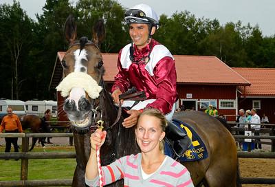 Painters Easel och Elione Chaves tillsammans med tränare Maria Sandh   Göteborg 140713   Foto: Stefan Olsson / Svensk Galopp