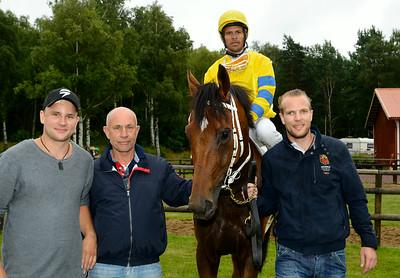 Tam O'Final och Leonard Rios i vinnarcirkeln tillsammans med familjen Hederud   Göteborg 140713   Foto: Stefan Olsson / Svensk Galopp