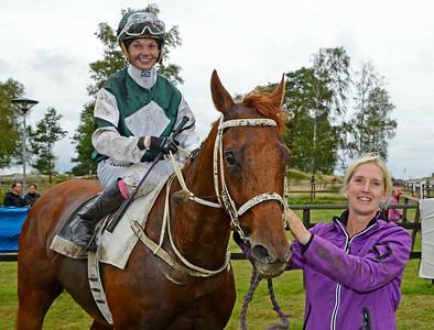 Bloomeretta tillsammans med Fanny Olsson och tränare Catharina Vång | Göteborg 140817 | Foto: Stefan Olsson / Svensk Galopp