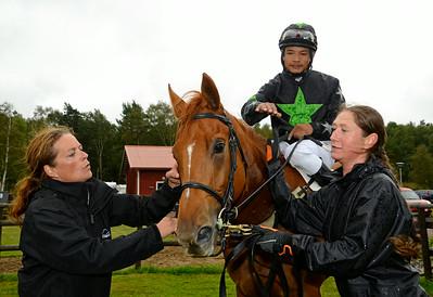 Allinornothing i vinnarcirkeln tillsammans med tränare Cathrine Witsö Slettemark | Göteborg 140817 | Foto: Stefan Olsson / Svensk Galopp