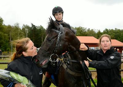 Cathrine Witsö Slettemark tar emot Stuckinamoment och Marius B Andersen i vinnarcirkeln | Göteborg 140817 | Foto: Stefan Olsson / Svensk Galopp