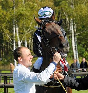 Henrik Engblom tar emot Dandy's Hero i vinnarcirkeln | Göteborg 140921 | Foto: Stefan Olsson / Svensk Galopp